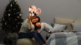 Moeder en kind met decoratie in de hand