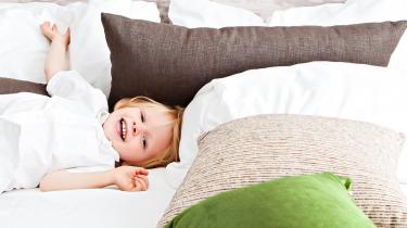 kind-slaapt-eigen-bed