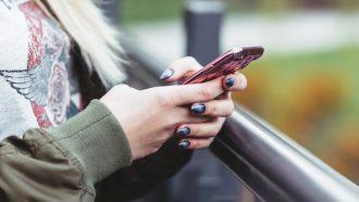 Meisje met telefoon in haar hand
