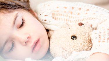 Kind dat ligt te slapen met ochtendhumeur