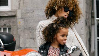 stedentrip / moeder en dochter steken tong uit