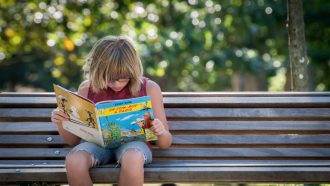 Een lezende tiener
