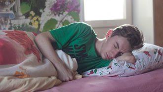 puberteit / puber ligt in bed