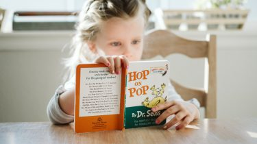 Een kind dat een boek leest