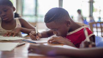 kinderen die op school leren schrijven