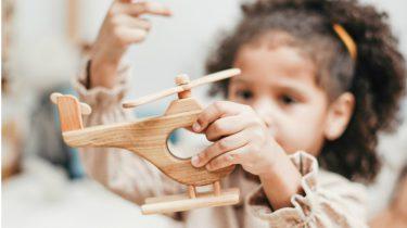 alleen spelen / meisje speelt met helikopter
