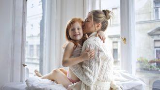 Moeder die tegen dochter iets zegt voor meer zelfvertrouwen