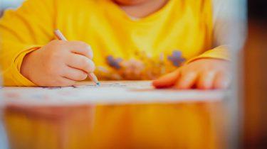Een van de meest belangrijke vaardigheden: een kind leert schrijven
