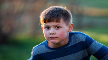Een kind kijkt boos. Wat zijn handige weetjes als het aankomt op straf geven_
