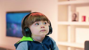 Een kind met een koptelefoon op die wegkijkt: wat als je kind niet luistert: