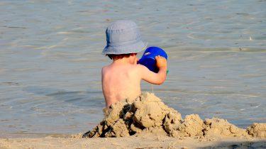 Kind verantwoord op het strand